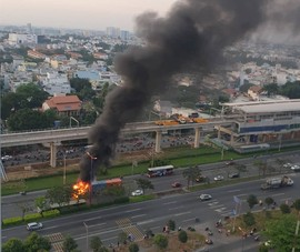 Xe container bốc cháy ngùn ngụt trên xa lộ Hà Nội