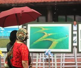 Người dân Hà Nội đội mưa, xem ảnh nghệ thuật