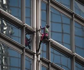 'Người nhện' leo nhà chọc trời ở Hong Kong, kêu gọi hòa bình