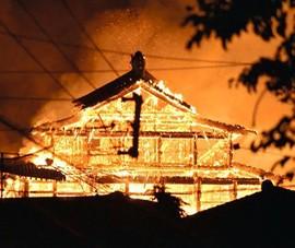 Nhật Bản: Lâu đài 600 tuổi chìm trong biển lửa