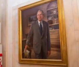 Từ sảnh chính, ảnh ông Clinton, ông Bush bị đưa đến phòng ăn