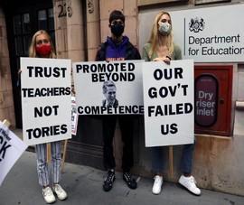 Chính phủ Anh hứng chỉ trích về vấn đề điểm tốt nghiệp