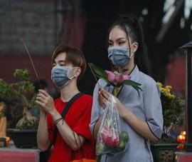 Tháng 7, người Sài Gòn mang khẩu trang kín mít đi chùa