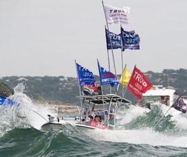 Chìm thuyền diễu hành ủng hộ Tổng thống Trump