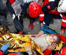 Bé gái 2 tuổi sống sót diệu kỳ sau 91 giờ kẹt dưới đống đổ nát