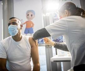 Người Israel chưa tiêm vaccine COVID-19 sẽ bị ngừng làm việc