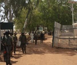 Quân đội đấu súng, cứu hàng trăm học sinh khỏi bị bắt cóc