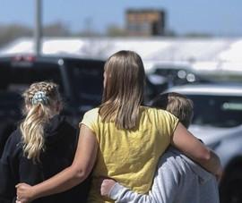 Mỹ: Cô giáo ôm ngăn học trò cầm súng vào trường bắn bạn học