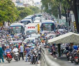 Hàng ngàn xe nối đuôi nhau chờ qua chốt kiểm dịch ở Gò Vấp