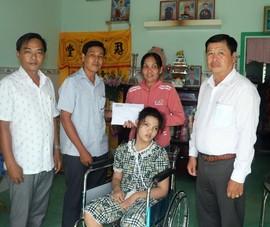Trao tiền hỗ trợ cho gia đình cháu nội vua Thành Thái