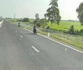 Xe mô tô vô tư đi vào tuyến cao tốc Lộ Tẻ - Rạch Sỏi