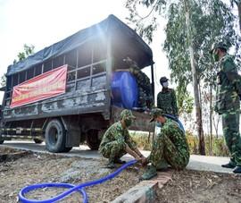 Kiên Giang: Bộ đội hỗ trợ nước sinh hoạt cho dân vùng hạn, mặn