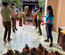 Quản lý thị trường bán vải thiều giúp người dân Bắc Giang