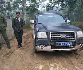 Ô tô chở gỗ liều lĩnh tông hỏng xe kiểm lâm