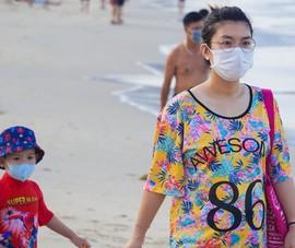 Hình ảnh du khách đeo khẩu trang tại bãi biển ở Đà Nẵng