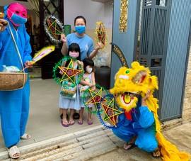 Thầy giáo Đà Nẵng mặc đồ bảo hộ, hóa trang thành ông Địa đi phát quà Trung thu
