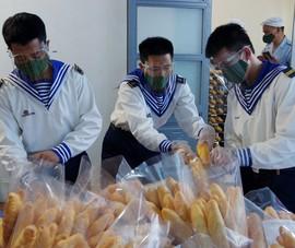 Các chiến sĩ hải quân xuyên đêm làm bánh mì tặng người dân Đà Nẵng