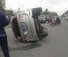 Toyota biển xanh bị lật sau khi tông xe Vios