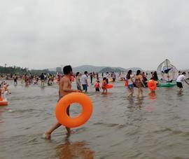 Du khách nườm nượp đổ xô về biển Cửa Lò