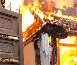 Cháy lớn làm thiêu rụi toàn bộ nhà thờ họ bằng gỗ