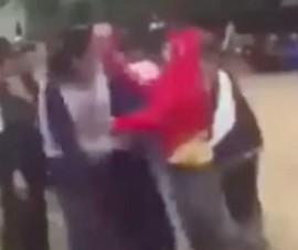 Xôn xao video clip nữ sinh lớp 8 bị đánh 'hội đồng'