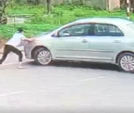 Bé gái 15 tuổi liều chặn xe hơi để bắt cướp