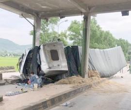 Xe chở dưa hấu tông trạm thu phí bỏ không trên quốc lộ 1A
