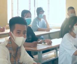 Nắng như đổ lửa, thí sinh thi vào lớp 10 ở Hà Tĩnh giải toán tính tiền điện