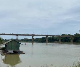 Người phụ nữ để lại 3 con nhỏ rồi nhảy cầu ở Sông Lam tự vẫn