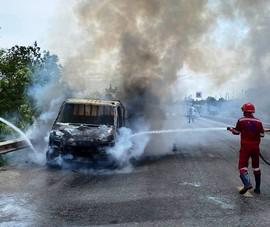 Ô tô tải và xe đầu kéo đang chạy thì bốc cháy dữ dội
