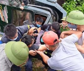 12 cảnh sát giải cứu tài xế trong ca bin xe tải bị lật ở Nghệ An