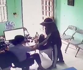Người phụ nữ liều lĩnh dùng dao uy hiếp nhân viên tín dụng để cướp tiền