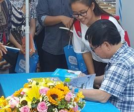 Hàng trăm người miền Tây đội nắng xin chữ ký Nguyễn Nhật Ánh