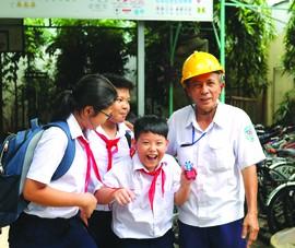 Chú bảo vệ gần 17 năm dẫn học sinh qua đường