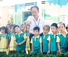 Thầy giáo 50 tuổi dạy trẻ mầm non