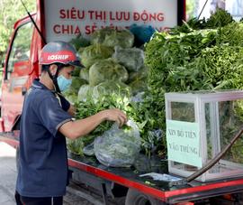 Người mua hào hứng combo rau củ quả giá 50.000 đồng