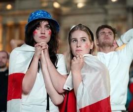 Bên ngoài thánh địa Wembley, vụn vỡ bữa tiệc 'trở về nhà' của người Anh
