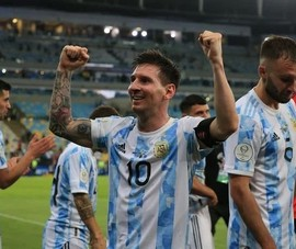 Ronaldo, Lewandowski,... yếu thế hơn Messi trong cuộc đua bóng vàng
