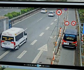 Ô tô vẫn ngang nhiên lấn làn xe máy trên đường dẫn cao tốc