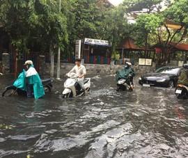 Đường TP.HCM ngập sau cơn mưa lớn