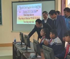 EVNHCMC trao 100 bộ máy tính cho các trường học ở Quảng Bình
