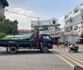 Xe tải mắc kẹt trên cầu An Phú Đông vì bất chấp biển cấm
