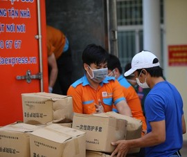 Tập đoàn Phương Trang trao tặng thiết bị y tế cho quận Bình Tân