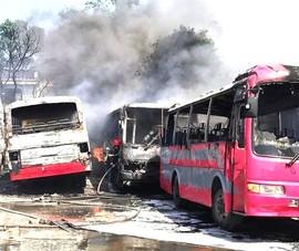 6 ô tô khách bị cháy dữ dội ở Thanh Hóa