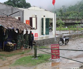 Chốt kiểm dịch COVID-19 biên giới Việt-Lào bị lốc xoáy tàn phá