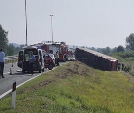 Xe buýt lật khỏi đường cao tốc vì tài xế ngủ gục, 54 người thương vong