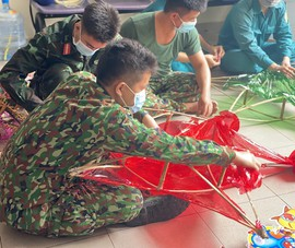 TP.HCM: Bộ đội làm lồng đèn trung thu tặng trẻ em trong mùa dịch