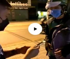 Người thanh niên tặng gạo, mì và ký thịt mới mua cho người chạy grab nghèo