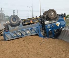 Clip:Xe tải 'chổng vó' sau khi va chạm với xe container