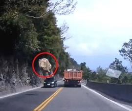Tài xế thoát chết khi tảng đá lớn rơi trước mũi xe